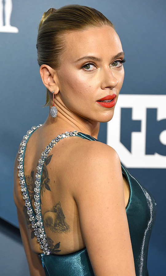 <a href=/tags/0/scarlett-johansson><strong>Scarlett Johansson</strong></a> brought the sparkle with drop earrings and the embellished straps on her <a href=/tags/0/armani><strong>Armani Prive</a></strong> teal gown. <p>Photo: &copy; Steve Granitz/WireImage