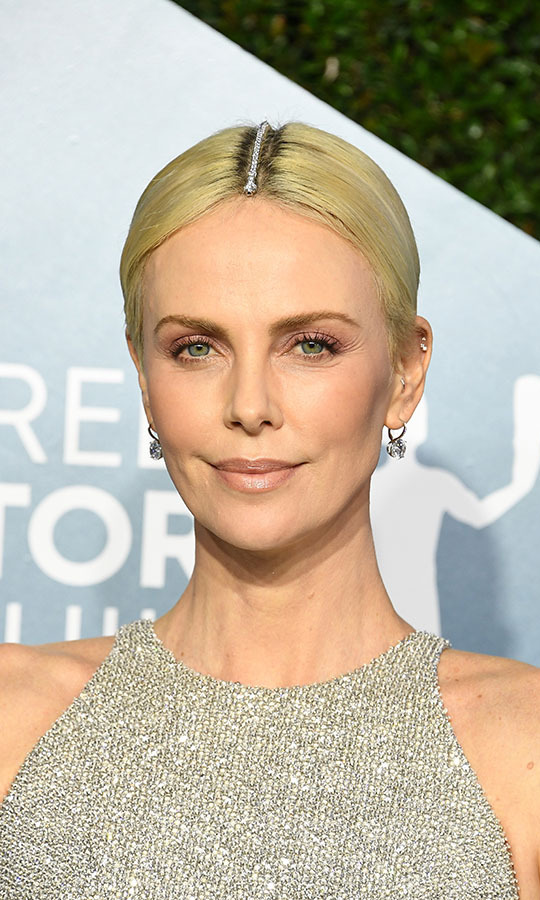 "<a href=/tags/0/charlize-theron><strong>Charlize Theron</strong></a> had the most unique use of a bracelet at the 2020 SAG Awards. The <em>Bombshell</em> actress decorated her part-line with a diamond bracelet from <a href=/tags/0/tiffany-co><strong>Tiffany & Co</strong></a>. Her hoop earrings brought more shine. <a href=""https://ca.hellomagazine.com/celebrities/02020012054662/charlize-theron-wears-diamond-bracelet-to-cover-roots-at-the-2020-sag-awards""><strong>Charlize admitted</a></strong> on the red carpet that she used the bracelet as a way to cover her roots!<p>Photo: © Steve Granitz/WireImage"