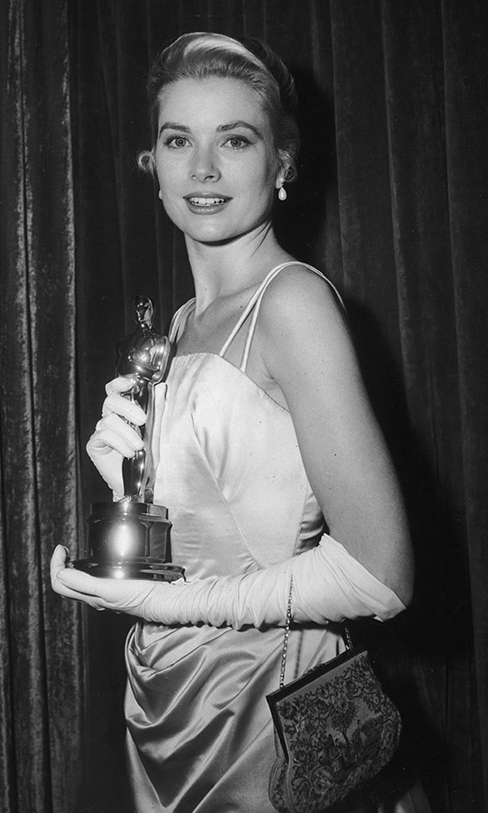 The actress elegantly posed with her Best Actress statue backstage at the awards ceremony. <p>Photo: &copy;  Hulton Archive/Getty Images
