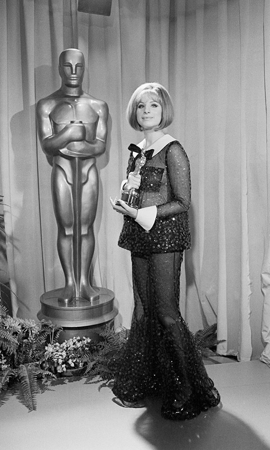 The actress proudly posed next to a life-size Oscars statue with her prize.<p>Photo: &copy; Bettmann