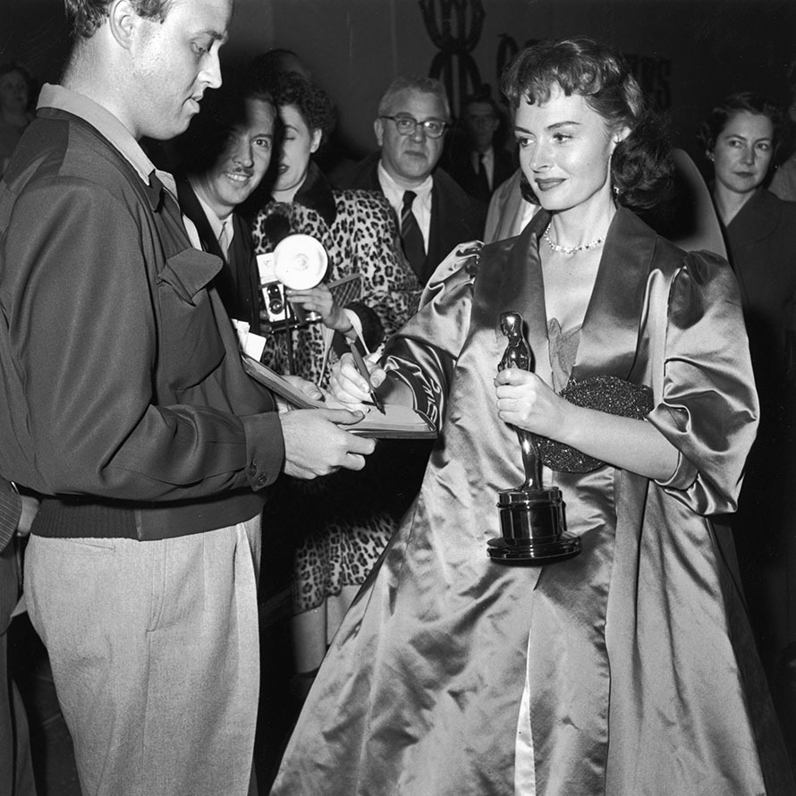 <em>From Here to Eternity</em> star <strong>Donna Reed</strong> signed an autograph while holding her Best Actress trophy at the 1954 Academy Awards in Los Angeles. <p>Photo: &copy; Hulton Archive/Getty Images