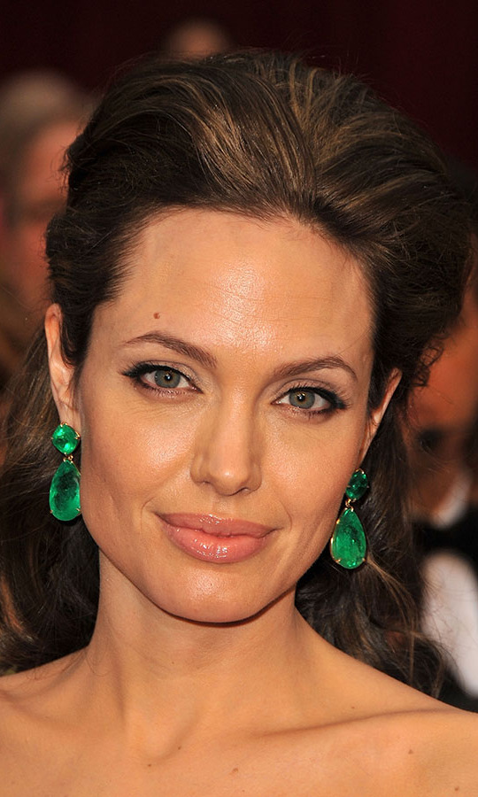 At the 2009 Oscars, <a href=/tags/0/angelina-jolie><strong>Angelina Jolie</strong></a> enchanted in oversized <a href=/tags/0/lorraine-schwartz><strong>Lorraine Schwartz</strong></a> emerald earrings. The drop earrings featured 115 karats worth of stones! <p>Photo: &copy; Steve Granitz/WireImage