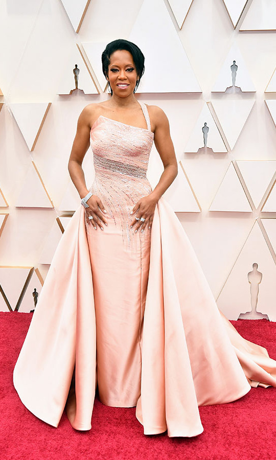 Oscars presenter <a href=/tags/0/regina-king><strong>Regina King</strong></a> looked so regal in a pale peach <a href=/tags/0/versace><strong>Versace</strong></a> gown. She paired it with Stuart Weitzman shoes and was wearing nearly 60 carats of Harry Winston jewellery. <p>Photo: &copy; Amy Sussman/Getty Images