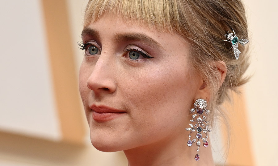 Best Actress nominee <a href=/tags/0/saoirse-ronan><strong>Saoirse Ronan</strong></a> completed her dramatic look with multicoloured chandelier earrings and a green insect clip! It was one of the standout hair accessories of the evening. <p>Photo: &copy; ROBYN BECK/AFP via Getty Images