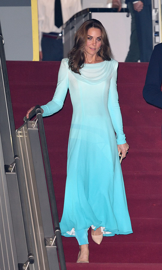 "What an entrance! <a href=""https://ca.hellomagazine.com/fashion/02019101853429/kate-middleton-pakistan-royal-tour-wardrobe"" target=""_blank""><strong>Kate's Pakistan royal tour wardrobe</strong></a> featured countless incredible looks, but this bespoke ombre  <strong><a href=""https://ca.hellomagazine.com/tags/0/catherine-walker"">Catherine Walker</a></strong> ensemble made a lasting impression. It was inspired by a shalwar kameez, a traditional outfit consisting of a dress and trousers. She sported it at the Pakistani Air Force Base Nur Khan on Oct. 14 in Islamabad.