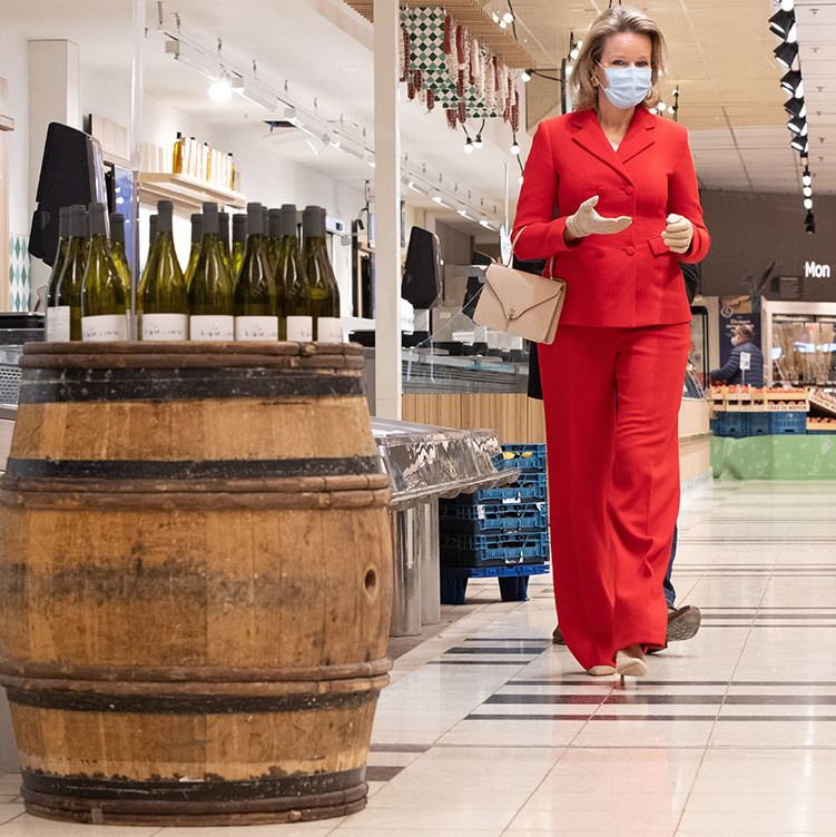On May 6, <a href=/tags/0/queen-mathilde><strong>Queen Mathilde</strong></a> of Belgium wore a red pantsuit accessorized with a beige handbag, pumps and gloves to visit the Gerpinnes branch of the Carrefour supermarkets. She also protected herself with a face mask.