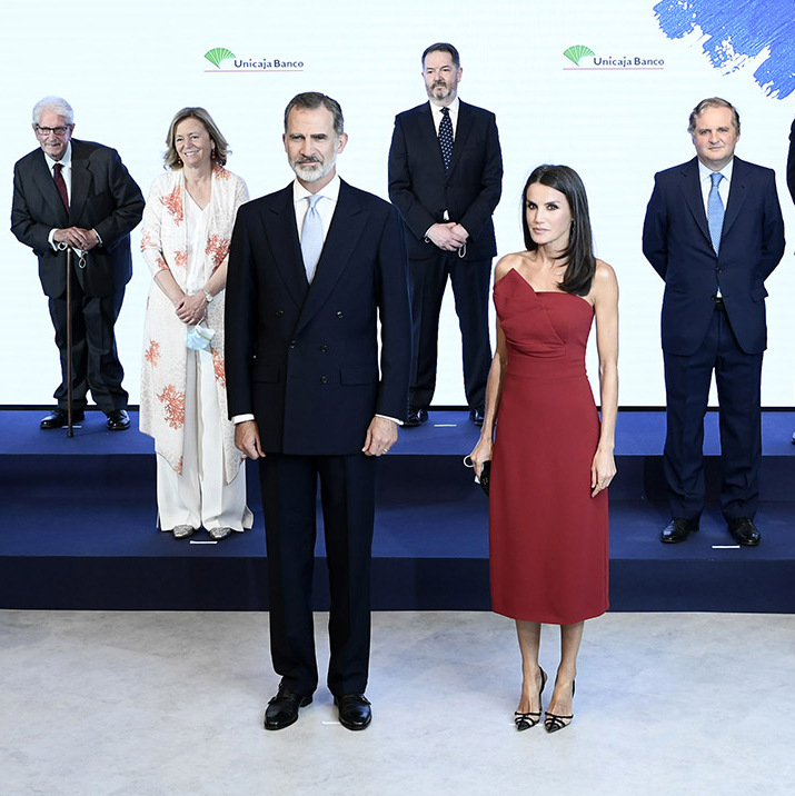 "On July 13, <a href=/tags/0/queen-letizia><strong>Queen Letizia</strong></a> and <a href=/tags/0/king-felipe><strong>King Felipe</strong></a> attended a dinner in Madrid in honour of the ""Mariano de Cavia,"" ""Mingote"" and ""Luca de Tena"" Awards celebrating its 100 edition. The Spanish Queen oozed sophistication in a red midi dress and strappy black heels.