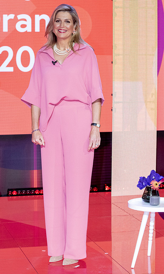 Pretty in pink! <a href=/tags/0/queen-maxima><strong>Queen Maxima</strong></a> was a vision on July 9 in head-to-toe pink coordinates by <strong>Natan Couture</strong> when she attended the digital ceremony of the Appeltjes van Oranje social awards in Hilversum. She accessorized with pearly floral jewelry.