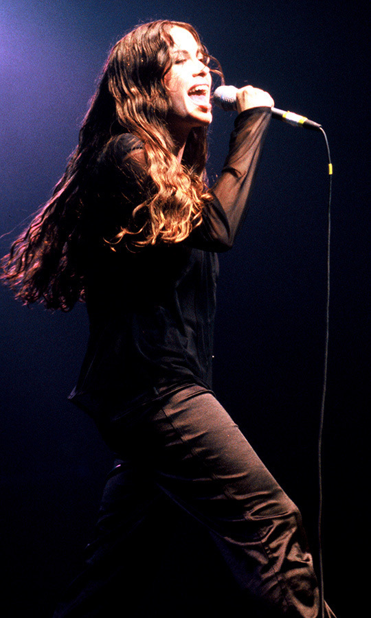 Alanis Morissette during the tour for Jagged Little Pill in San Francisco in 1995. Photo: © Tim Mosenfelder/Getty Image