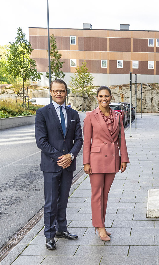 <a href=/tags/0/crown-princess-victoria><strong>Crown Princess Victoria</strong></a> and <a href=/tags/0/prince-daniel><strong>Prince Daniel</strong></a> visited the ECMO Center at Karolinksa University Hospital on Sept. 30 in Stockholm in their best suits.