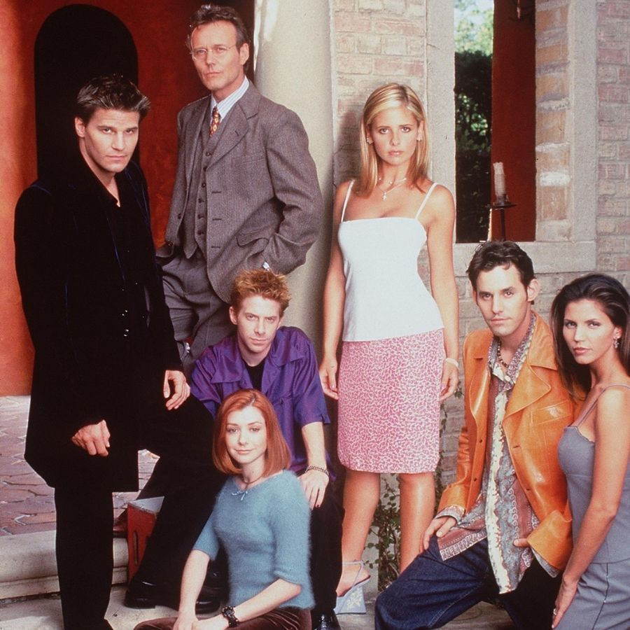 The Buffy cast, circa 1998. L-R: David Boreanaz (Angel), Anthony Stewart Head (Giles), Seth Green (Oz), Alyson Hannigan (Willow) Sarah Michelle Gellar (Buffy), Nicolas Brendon (Xander) and Charisma Carpenter (Cordelia). Photo: © Getty Images