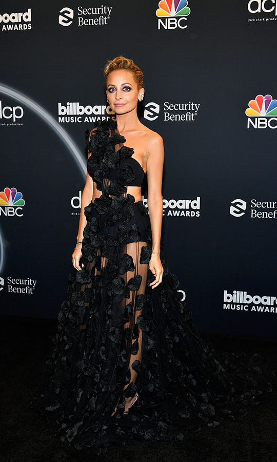 Beauty in black! <a href=/tags/0/nicole-richie><strong>Nicole Richie</strong></a> stunned in a