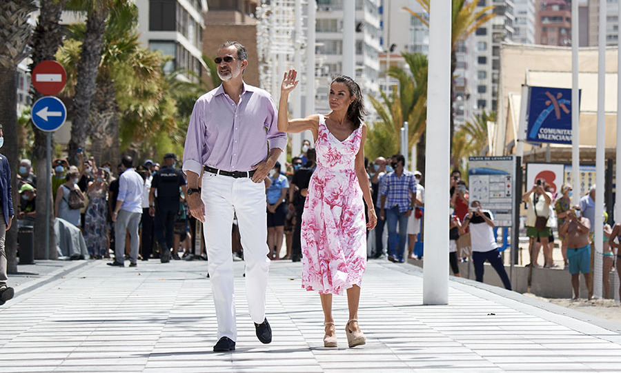 On July 2, the Spanish royals headed to Playa de Levante in Benidorm. Letizia charmed in a white-and-pink dress by <strong>Adolfo Domínguez</strong> and <strong>Macarena</strong> espadrille wedges.