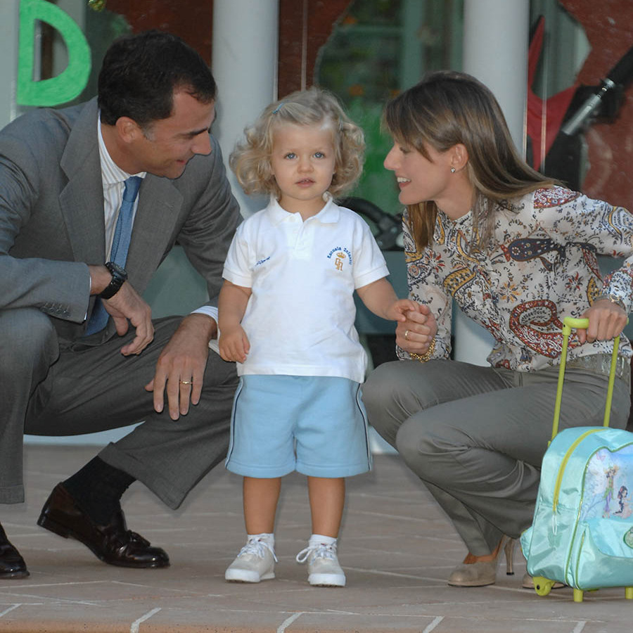On Sept. 7, 2007, little Leonor posed with Letizia and Felipe ahead of her first day at nursery Cuartel del Pardo. Photo: © Carlos Alvarez/Getty Image