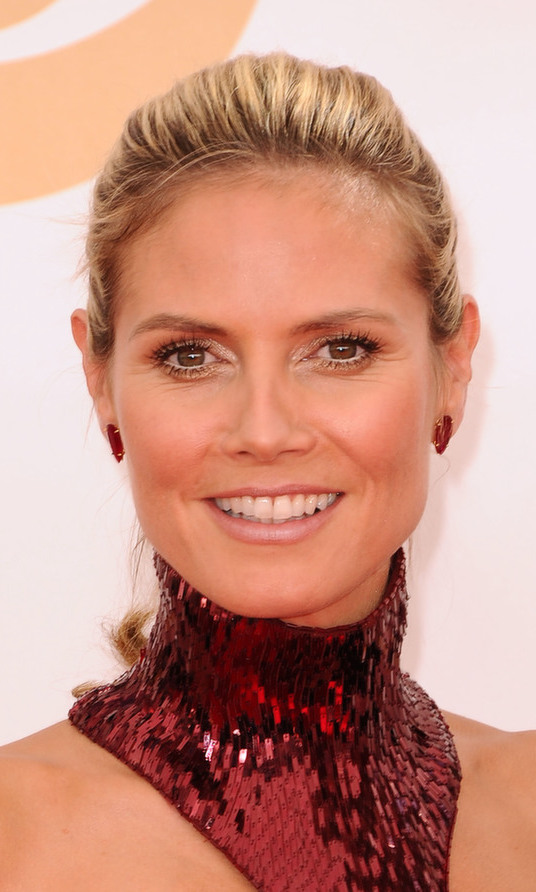 With such an eye-catching gown, Heidi Klum knows to keep her beauty look simple. The casual up-do and neutral-toned makeup looked divine on the supermodel and Emmy winner.