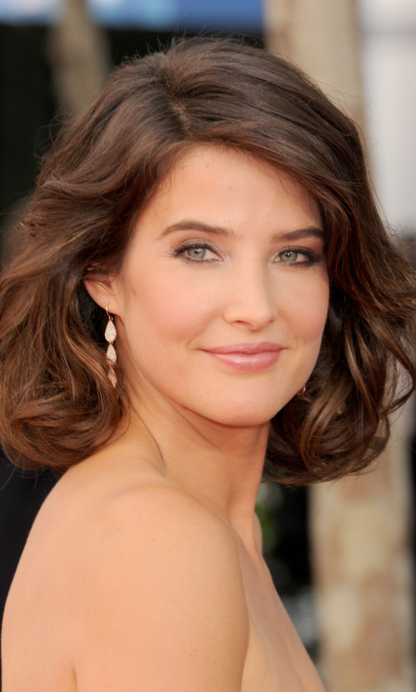 Canadian cutie Cobie Smulders does us proud, opting for a tousled long bob and a fresh, rosy glow.