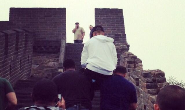 Justin Bieber had his bodyguards carry him up the Great Wall of China, prompting some interesting Twitter reactions.