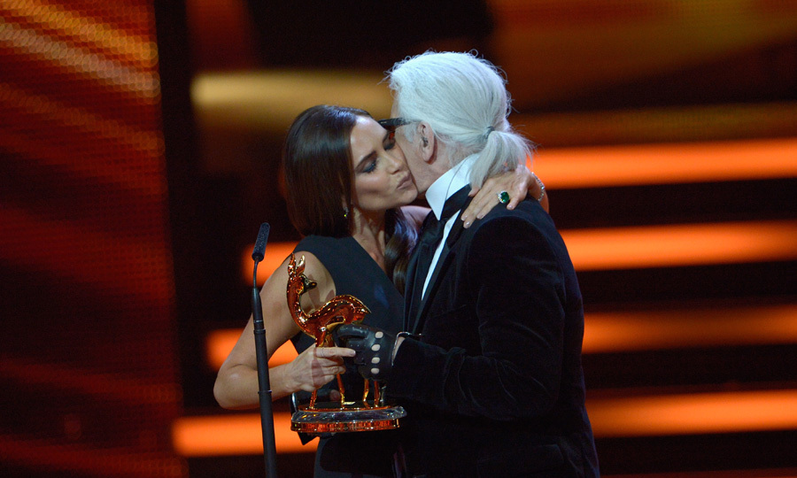 Victoria Beckham received her fashion award from prestigious designer Karl Lagerfeld. Photo: © Getty Images