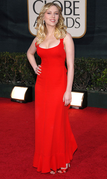 Scarlett turned heads at the 2006 Golden Globes in a slinky, fire engine red dress that hugged her famous curves.