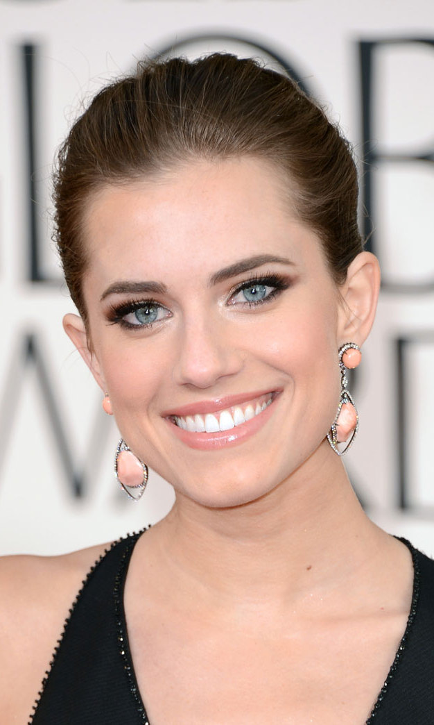 Allison Williams drew all the attention to her piercing blue peepers with a smokey eye, a full brow and her hair slicked back into a chic bun.