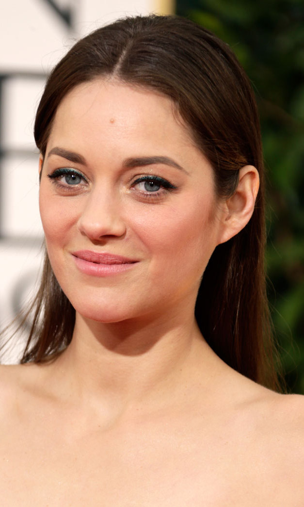 With simple, straight hair and barely-there makeup, Marion Cotillard added drama to her look with a touch of glittery green eyeliner.