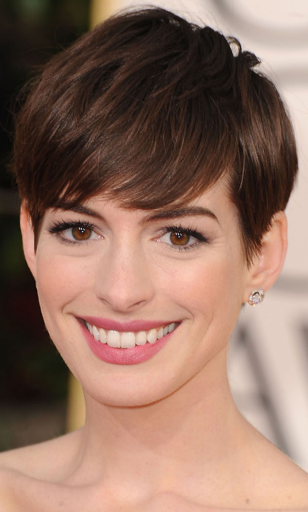 Fresh-faced Anne Hathaway wore a slick of pink lipstick to emphasize her megawatt smile, then applied several layers of mascara to make her big, brown eyes sparkle.