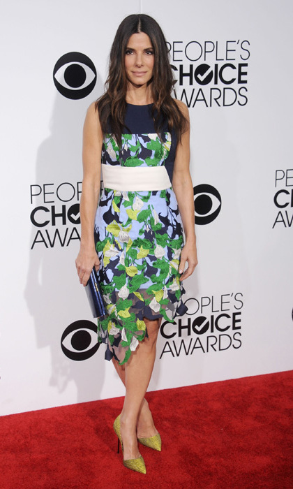 Sandra Bullock in a Peter Pilotto dress, Kurt Geiger shoes, and a Jimmy Choo clutch. Photo: © Getty Images