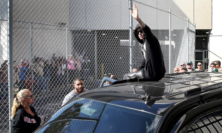 Justin waved to fans after being released on bail. Photo: © Getty Images