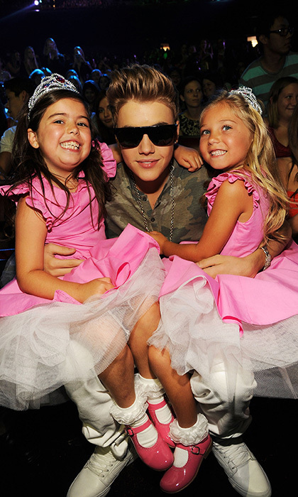 Justin posed with two of his littlest (and most adorable) fans, Sophia Grace Brownlee and Rosie McClelland, at the 2012 Teen Choice Awards. Photo: © Getty