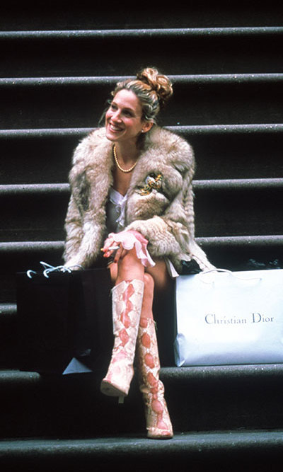 Sitting on her front stoop after a long day of shopping, Carrie drew a handsome politico's attention while wearing snakeskin boots and her favourite fur coat.