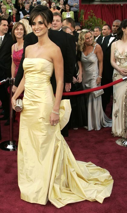 Penelope dazzled at the 2005 Academy Awards in a strapless gold gown by Oscar de la Renta. (Photo by Dan MacMedan/WireImage)