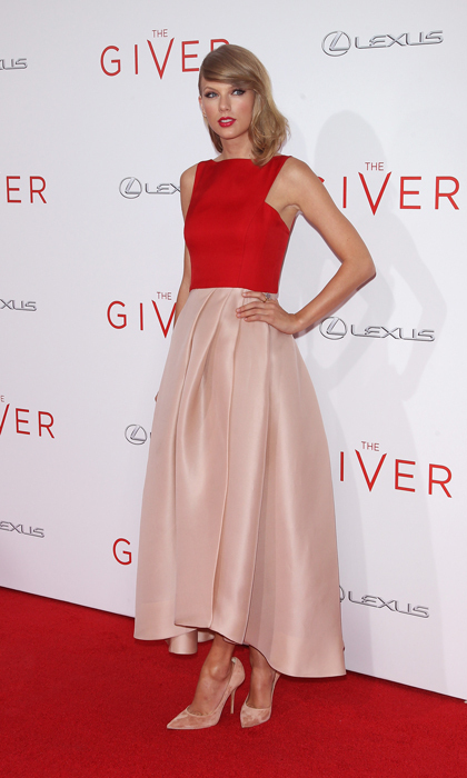 Taylor Swift was the picture of elegance in a colour-blocked design from Monique Lhuillier's 2015 resort collection and suede Casadei pumps at the NYC premiere of 'The Giver.' (Photo: © Getty)