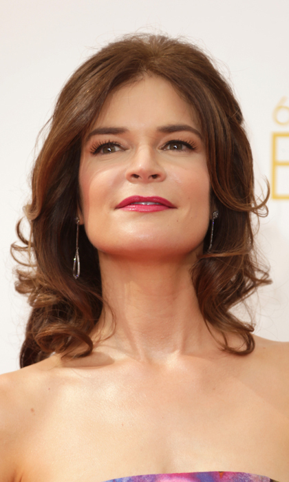 Betsy Brandt of 'Breaking Bad' paired flawless skin (it's incredible!) with a punchy slick of magenta on her lips and soft waves in her brown locks. © Getty