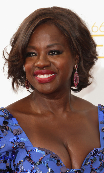 Viola Davis matched her earrings and her lips, both a deep shade of pink, and finished her look with loads of black liner. © Getty