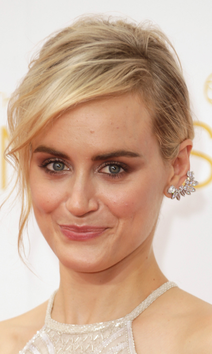 If you can take your eyes off Taylor Schilling's dazzling ear cuff you'll learn how to keep your hair and makeup understated yet elegant. © Getty