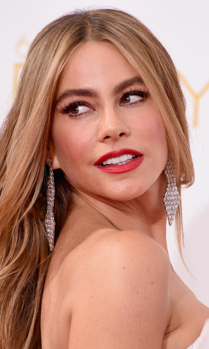 Opting for a look long beloved by Hollywood glamazons, 'Modern Family' star Sofia Vergara paired a smoky eye with a red lip and soft blond locks in cascading waves. © Getty