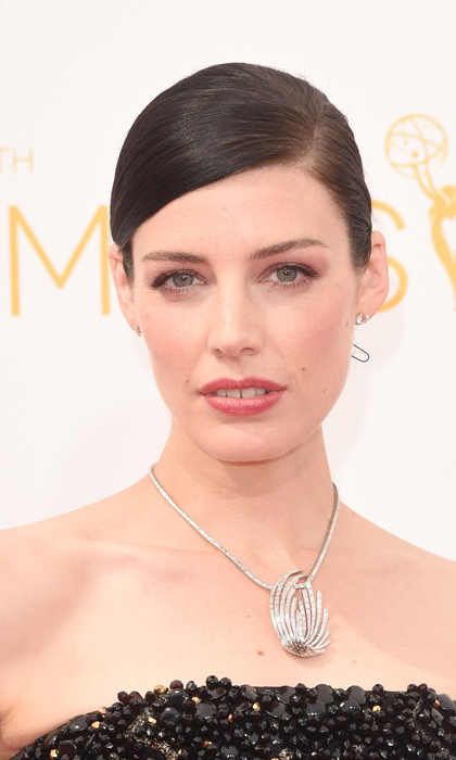 Her short hair worn dramatically slicked to one side, Canadian stunner Jessica Paré let her natural beauty shine with minimal makeup and a berry lip stain. © Getty