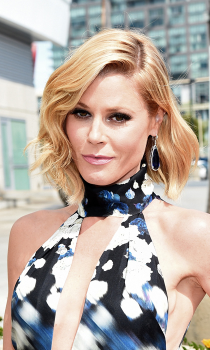 'Modern Family' star Julie Bowen went for bombshell and nailed the look to a tee, from her side-parted wavy blond bob to her soft pink pout and deep, dark smoky eyes. © Getty